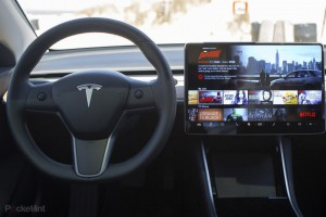 Netflix και YouTube on the road από την Tesla
